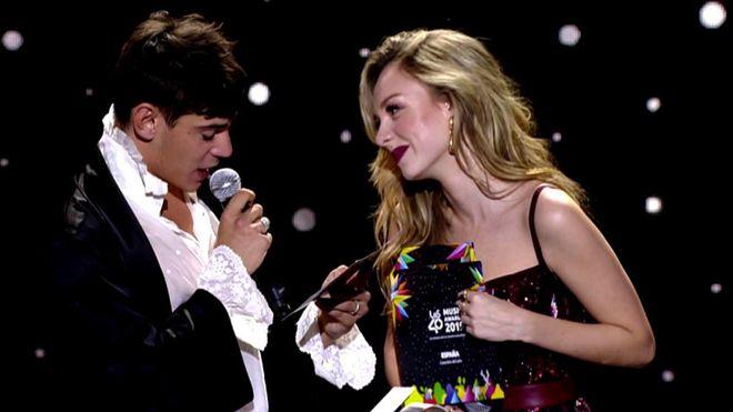 El chico Almodóvar que la lió en los 40 Music Awards y otros patinazos famosiles