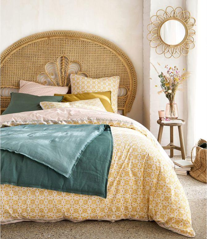 Une tête de lit en rotin