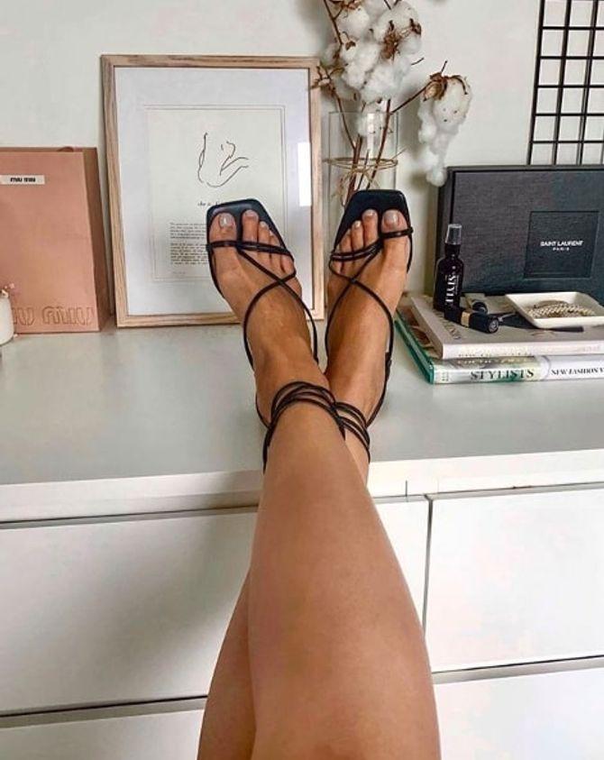 La tendance des sandales à bout carré