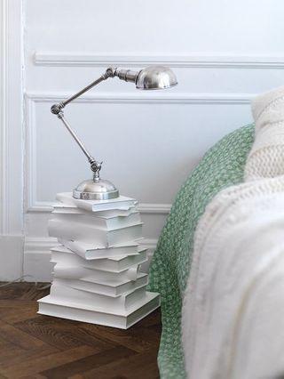 Une table de chevet avec des livres