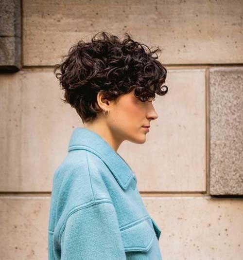 30 Idees De Coupes Courtes Pour Vos Cheveux Boucles