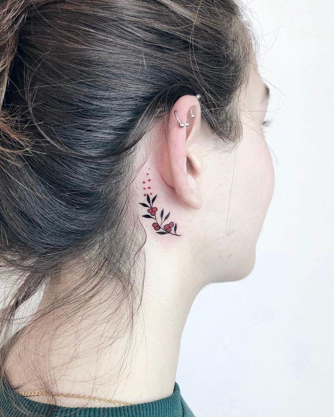 Tatouage derrière l'oreille baies