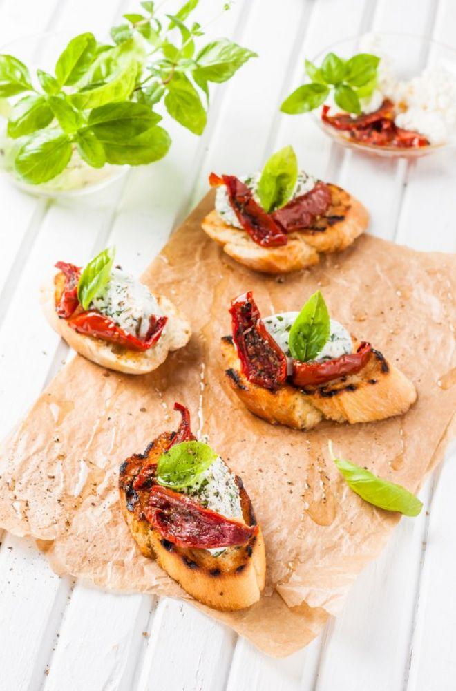 Toasts de ricotta, basilic et tomates séchées