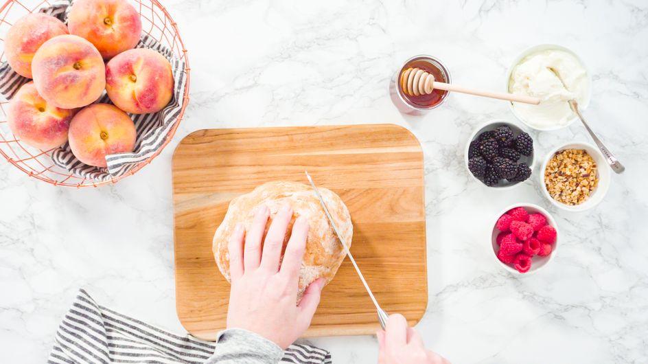 Pas-à-pas : la recette de la tartine aux pêches et fromage frais