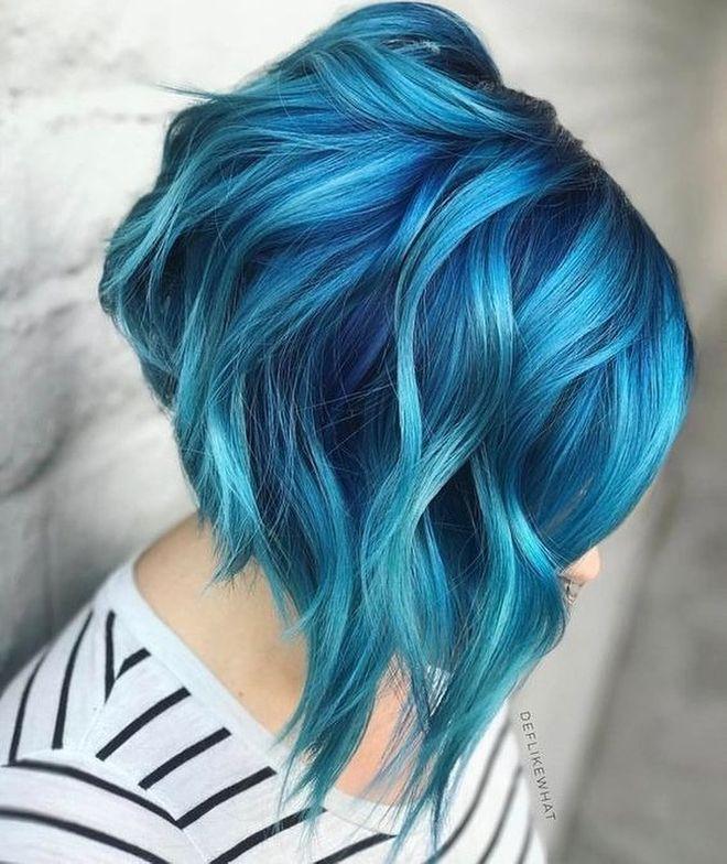 Cheveux bleus sur carré plongeant wavy