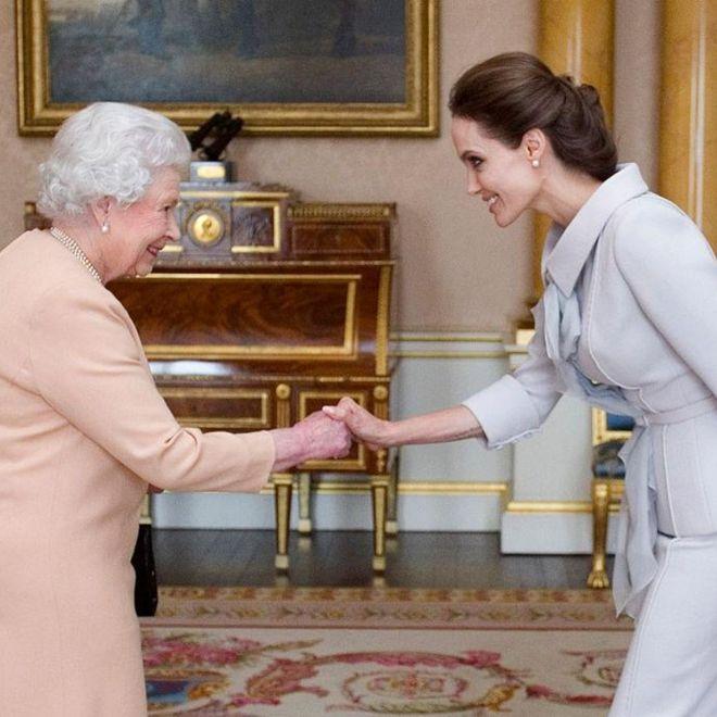 La regina Elisabetta II e Angelina Jolie