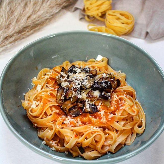 Lundi midi :  tagliatelles à la sauce tomate maison, aubergines & scamorza