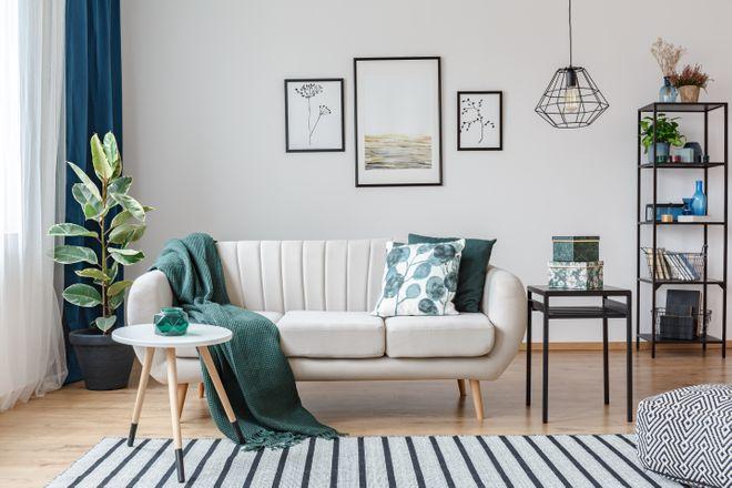 Salon minimaliste mais lumineux avec des touches vertes pour dynamiser la pièce. Le mobilier lui donne un aspect rectiligne