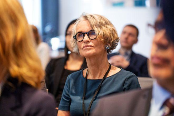 Femme de 50 ans avec lunettes