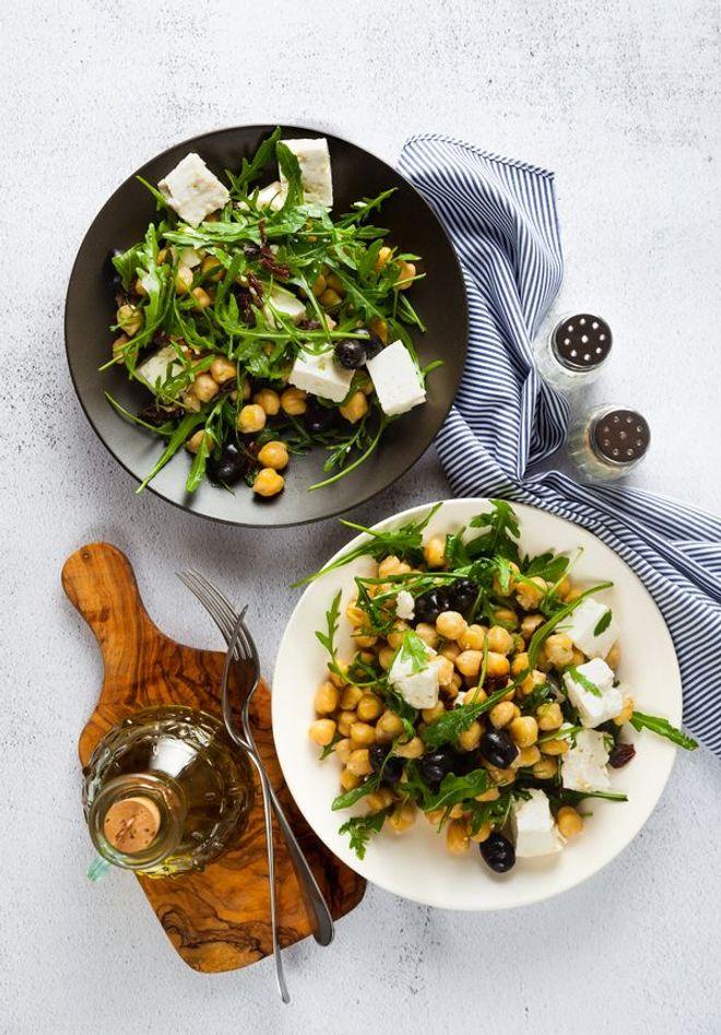 Salade de pois chiches, feta, roquettes et olives