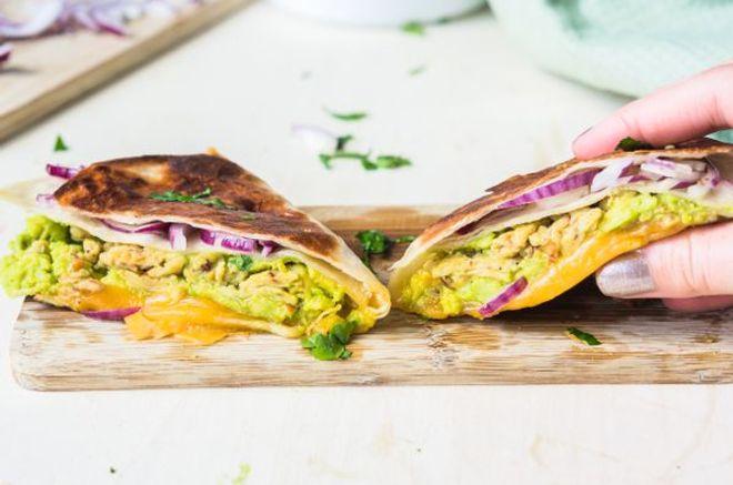 Lundi midi : Wrap de tortilla à l'avocat, cheddar et oeufs brouillés