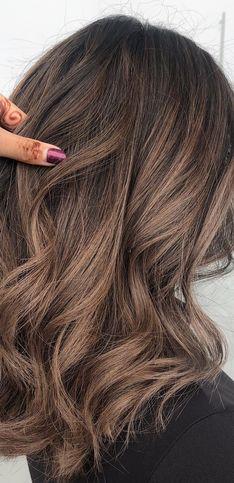 Le châtain cendré, la coloration naturelle pour illuminer vos cheveux