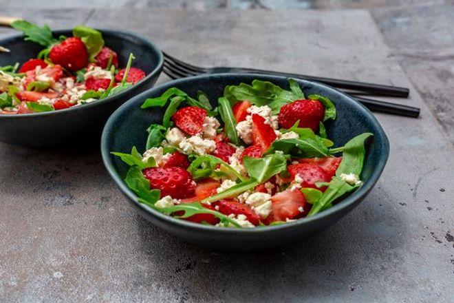 Salade de roquette, fraises et fromage frais
