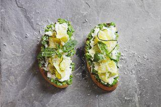 Tartines ricotta, courgettes, purée de petits-pois et menthe