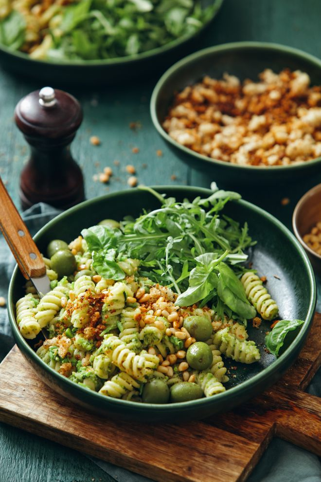 Salade de pâtes au pesto, olives et pignons