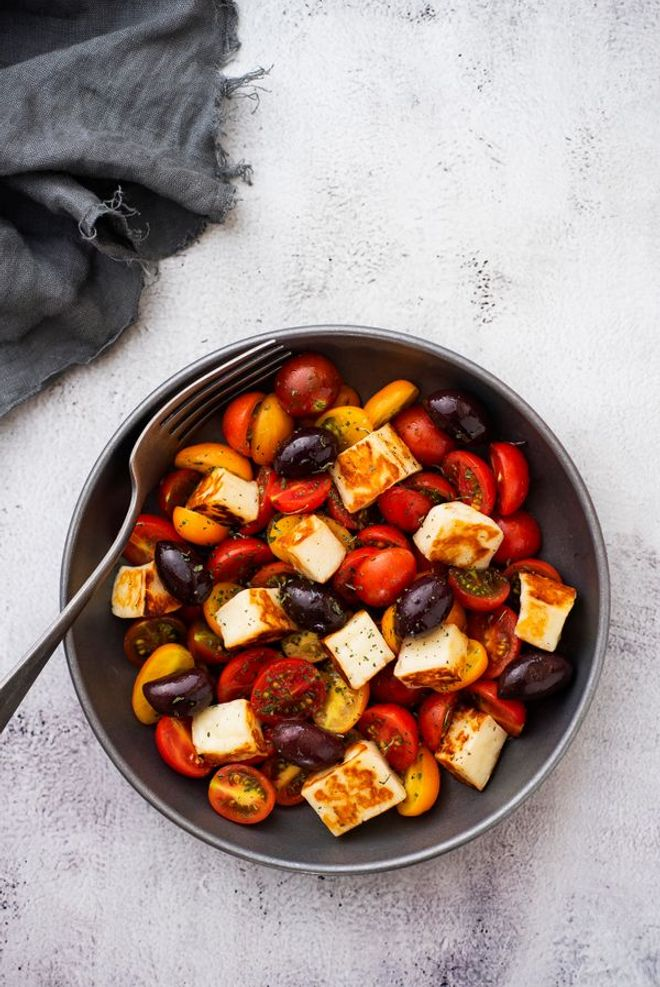 Lundi midi : Salade d'été au halloumi grillé, tomates cerises et olives noires