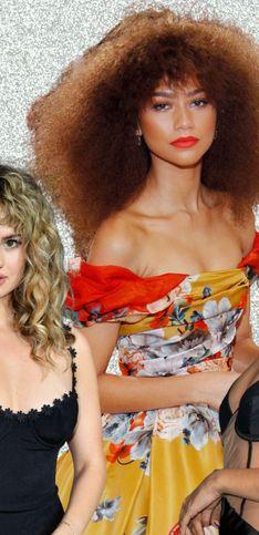 Cheveux bouclés : 30 idées coiffures pour les fêtes 2021-2022