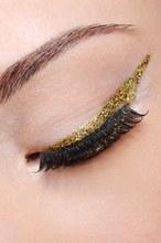 © Istock - 3 façons vraiment jolies de poser son eye-liner doré