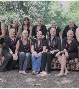 Mulher com câncer de mama recebe lindo apoio das amigas