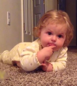 O que acontece quando uma bebê percebe que tem uma língua