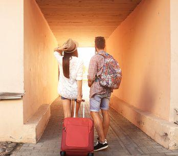 Este casal ama viajar, mas para um deles, isso é muito mais difícil