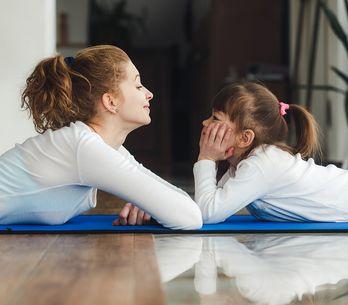 A interrupção mais fofa durante a ioga dessa mãe