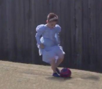 Es niño, juega al fútbol y se viste de Cenicienta