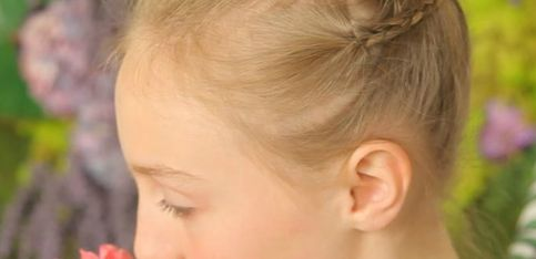 Tuto coiffure: un chignon tressé pour petite fille