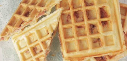 Waffle salati: ripieni di prosciutto e formaggio!