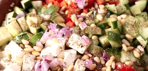 Insalata greca: la ricetta per un pranzo leggero e veloce!