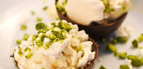 Raffiniertes Dessert für Angeber: Gefüllte Schokoladenkugeln