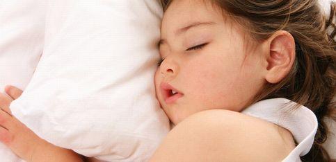 ¿Qué dicen las posturas en las que duermen los niños?