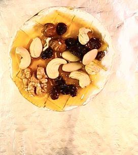 Camembert al forno: la ricetta golosa con miele e frutta secca!