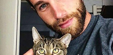 Hombres sexys y gatitos, la combinación perfecta