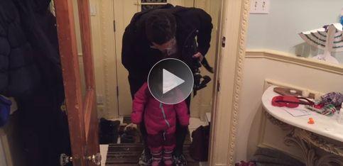 ¡Original y rápido truco para quitarles las botas a tus hijos!