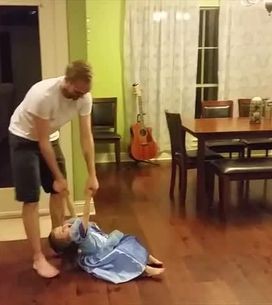 La bimba e il suo papà ballano e vi faranno tornare bambini