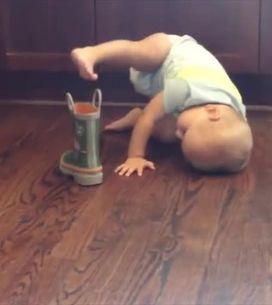 Questo bimbo ha deciso di mettere le scarpe così...