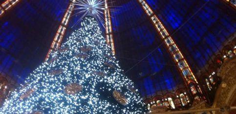 Swarovski décore le sapin de Noël aux Galeries Lafayette...