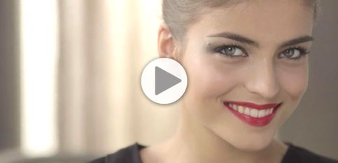 Tuto maquillage : Un smoky eye et une bouche de star