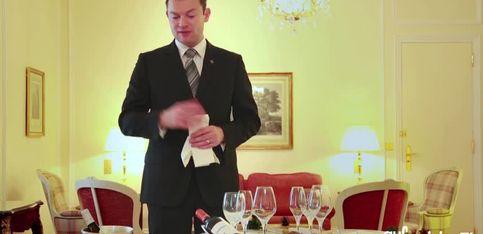 Servir le champagne, le vin et le pain à son repas de fête, par l'Hôtel Bristol