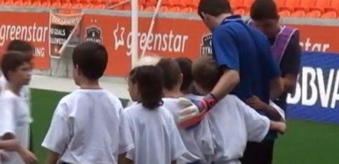Iker Casillas, en Houston rodeado de niños