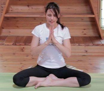 Aprende a darte un masaje facial inspirado en el yoga