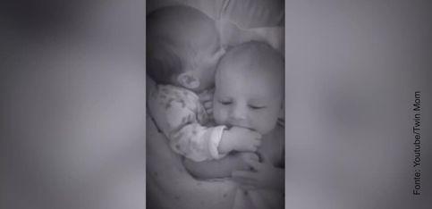 Questo bebè sa come calmare il suo gemello!