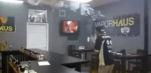 Cet homme est un pro de la cigarette électronique