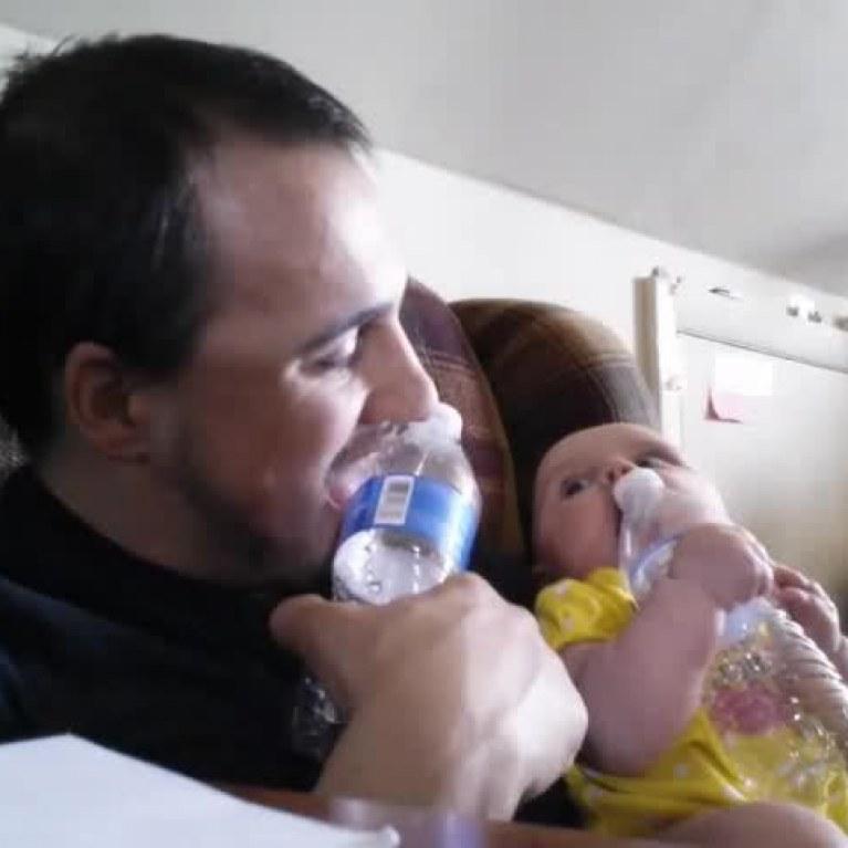 ac5ba9bc32bad Un papa encourage sa petite fille face au miroir