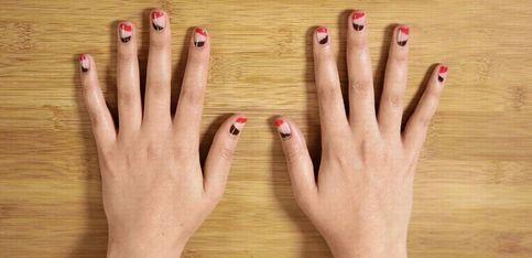 Un nail art graphique parfait avec un simple morceau de scotch!