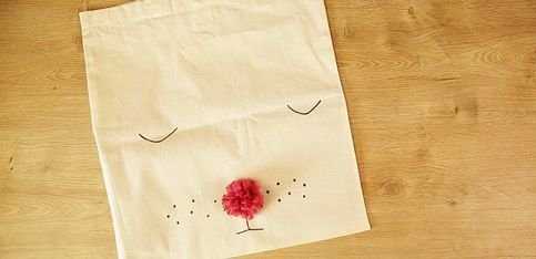So einfach kann man aus einem langweiligen Jutebeutel eine süße Tasche machen!
