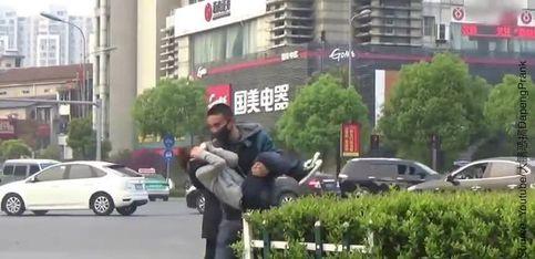 Un homme simule un kidnapping en Chine, regardez la réaction des passants...