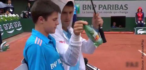 Novak Djokovic tient le parapluie pour son ramasseur de balles
