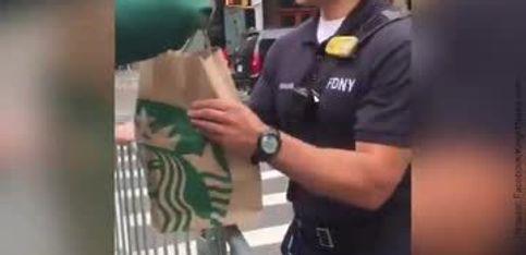 Il apporte le petit-déj aux policiers de son quartier...